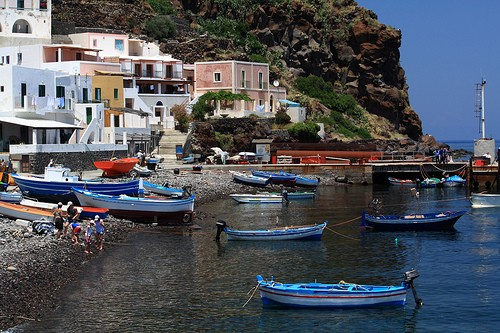 Le port Alicudi en Italie