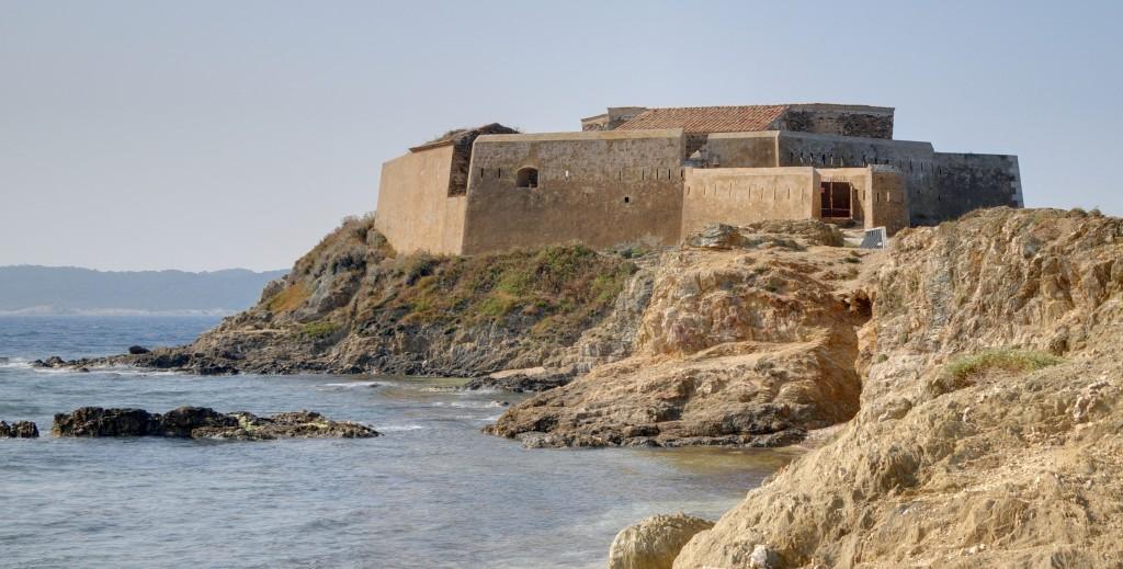 Voir la Tour Fondue lors d'une croisière à Hyères avec Vents de Mer